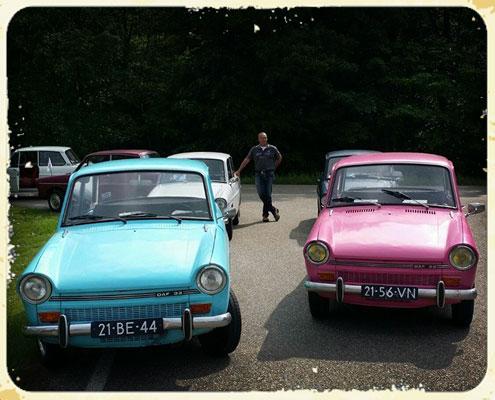 Een blauwe en roze daf 33 van dafje rijden of dafje huren